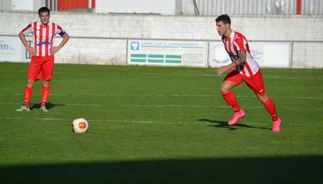 Juan Castillo se dispone a golpear un balón.