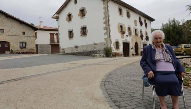 A la espalda de Rufina Azcona Larumbe se levanta la casa familiar en la que vive con uno de sus hijos.