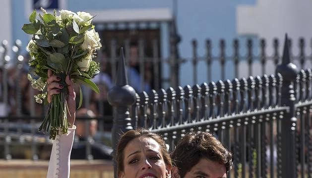 La exmodelo y presentadora de televisión Eva González y el matador de toros Cayetano Rivera han contraído matrimonio este mediodía en la iglesia de Nuestra Señora de la Asunción de la localidad sevillana de Mairena del Alcor, en una de las bodas más mediáticas del año.