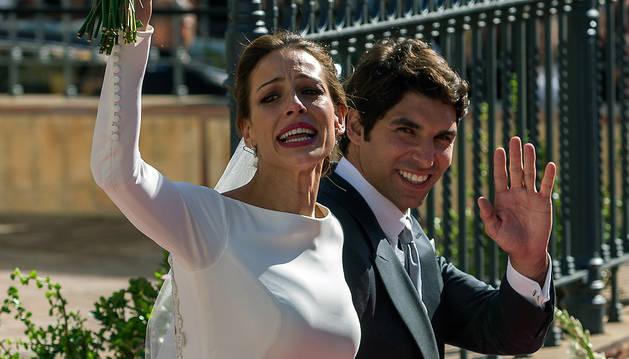 Eva González y Cayetano Rivera saludan a la salida de la iglesia de Nuestra Señora de la Asunción de la localidad sevillana de Mairena del Alcor tras contraer matrimonio.