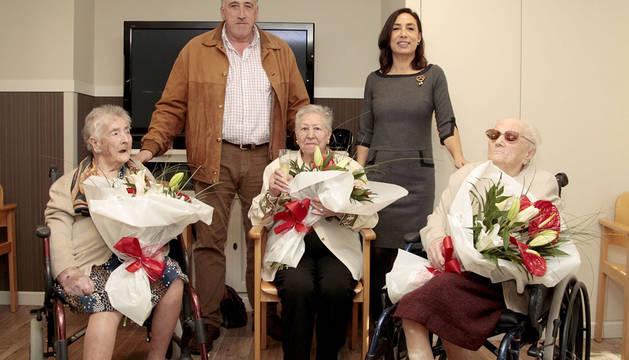 El alcalde visita a tres centenarias en el Residencial El Mirador
