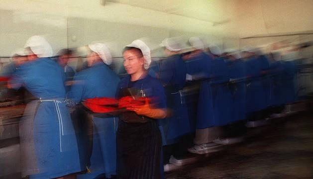 Varias mujeres, en una planta conservera.
