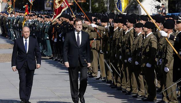 Rajoy, junto a Fernández Díaz, en el acto de entrega de la Bandera Nacional a la 1ª Zona de la Guardia Civil.