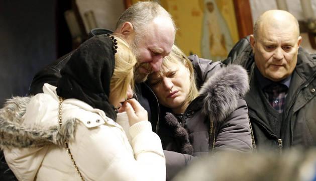 Familiares de una de las víctimas, durante su entierro en Rusia.