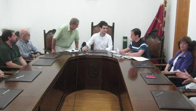 Imagen del pleno de constitución de la actual corporación municipal, con el alcalde, Javier Ollo, al fondo.