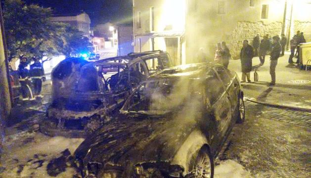 Arden dos turismos en Larraga