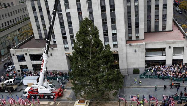 Instalación del árbol de Navidad en el Rockefeller Center de Nueva York.