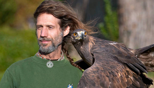 El cetrero de Sendaviva, Pablo-Bracamonte Sánchez Barraca, con una de las águilas reales del parque arguedano.