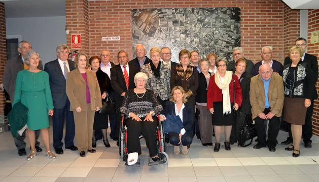 Matrimonios homenajeados junto con los representantes del club, Fundación CAN y La Caixa.