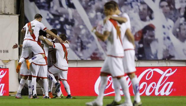 Los jugadores del Rayo celebran uno de los goles.