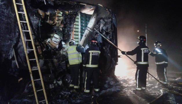 Bomberos extinguiendo el incendio en la N-121