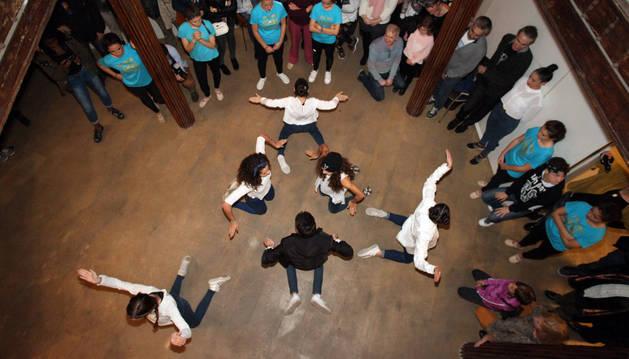 Jóvenes del grupo de hip-hop del gimnasio Fitnnes actúan ante el público.
