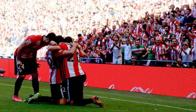 Raúl García, recibe la felicitación de sus compañeros tras marcar el segundo gol.