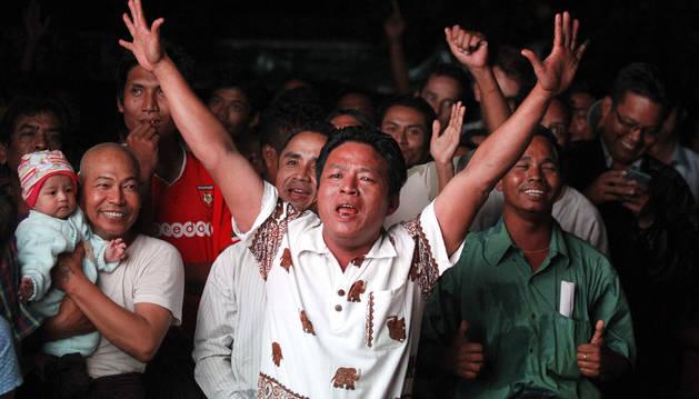 Miles de birmanos expresan su apoyo a Aung San Suu Kyi tras las elecciones