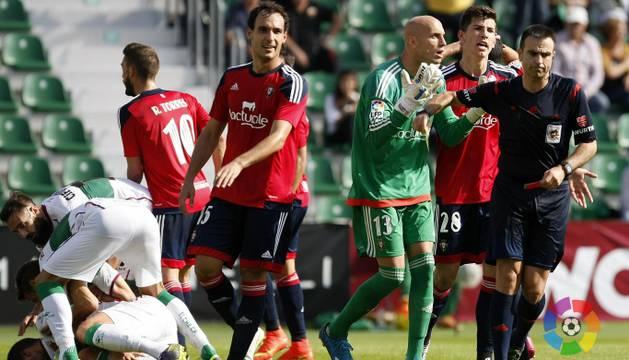 Nauzet hace un gesto de incredulidad tras la señalización del penalti.