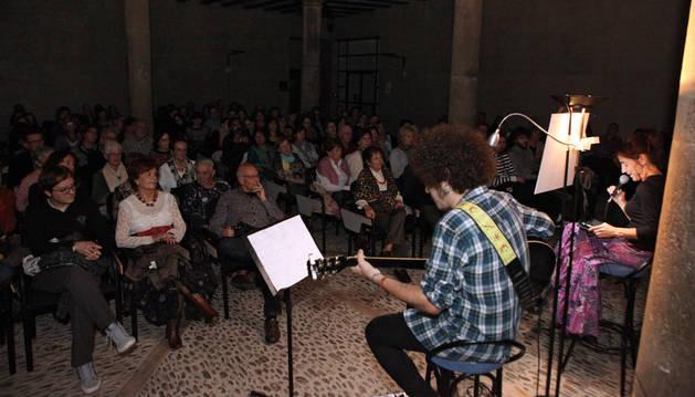 Alejo Huerta e Inma Benítez 'Minina', durante el recital que tuvo lugar en la UNED.