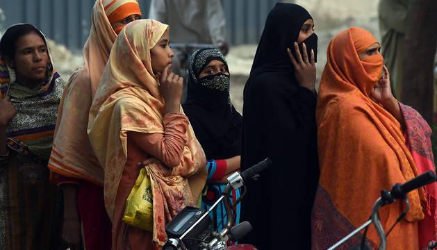 53 muertos al derrumbarse una fábrica de bolsas de plástico en Pakistán