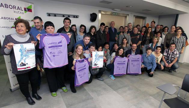 Organizadores, patrocinadores y algunos de los voluntarios de la Carrera Solidaria Navarra -en favor de ANFAS- durante la presentación.