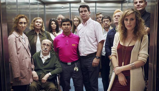 Arturo Valls, junto a los actores de 'Los del túnel'.
