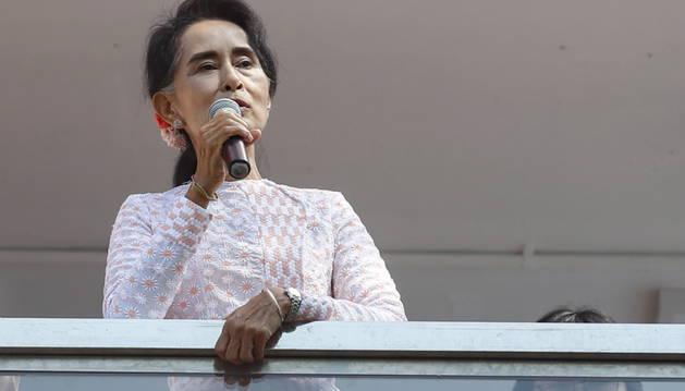 Aung San Suu Kyi dirigiéndose a sus seguidores.