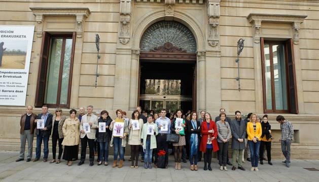 Parlamentarios y trabajadores en señal de repulsa contra los asesinatos por violencia de género.