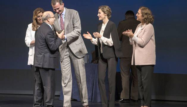 Manuel Torres recibiendo el premio de los Reyes