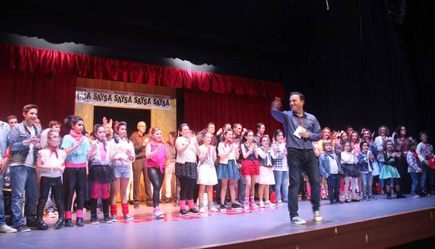 Los participantes en el espectáculo recibieron una gran ovación del público. Delante, el promotor, Alfonso Rincón.