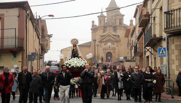 La imagen de la patrona de Milagro, que fue portada a hombros por cuatro vecinos, rodeada de milagreses durante la procesión de 'La subidica'.