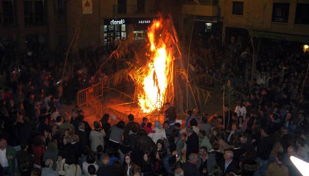 La plaza de los Fueros se llenó de asistentes para presenciar el encendido de la hoguera.