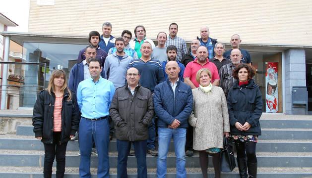 Los alumnos, los profesores y los alcaldes de las cuatro localidades de Calibus,  en la apertura de la escuela taller de empleo en Ablitas.