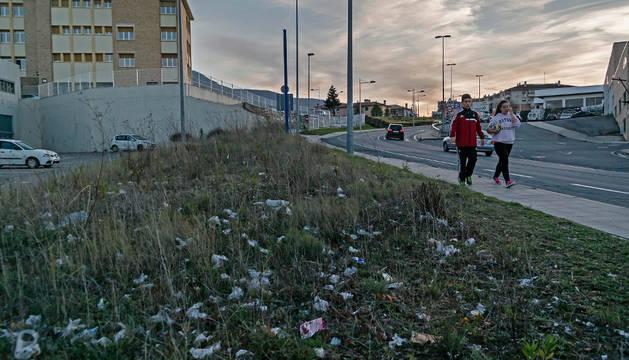 """En esta imagen, con el colegio Mater Dei a la izquierda, se aprecia el volumen de basura que se acumula en estos puntos, con una maleza menos abundante a la que crece en la otra zona """"verde"""" igual de descuidada y más próxima a Estella que no recoge la fot"""