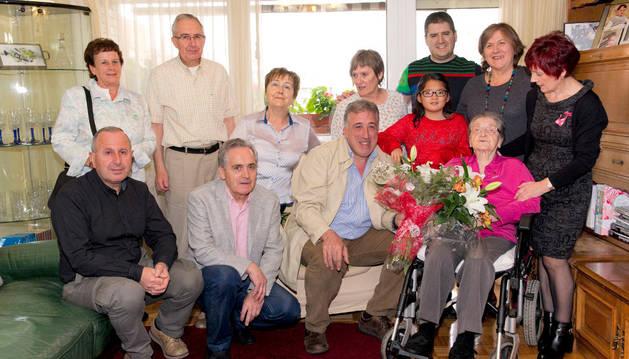 Avelina Flores Andueza y sus familiares, junto al alcalde Joseba Asiron.