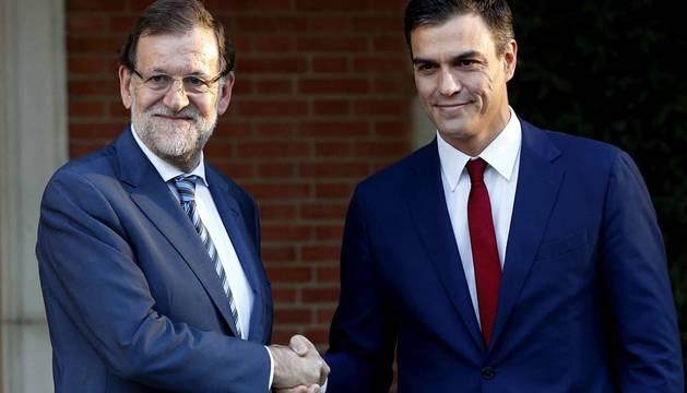Rajoy recibe a Sánchez para responder a la declaración soberanista