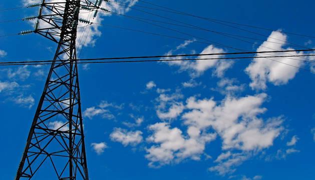 Una torre de alta tensión, en este caso de 220kV, situada en término de Viana.