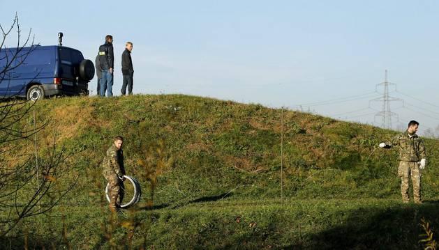 Soldados eslovenos colocan alambre para crear una barrera con Croacia.