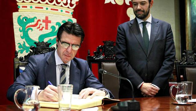 Soria desconoce si VW va a indemnizar los españoles afectados