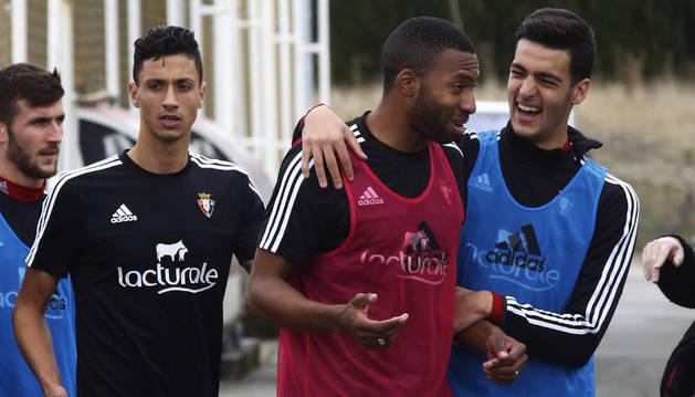 Mikel Merino bromea con Lotiès.