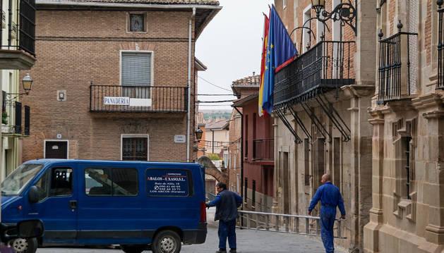 Una imagen de la plaza consistorial de Los Arcos, con la entrada del Ayuntamiento a la derecha.
