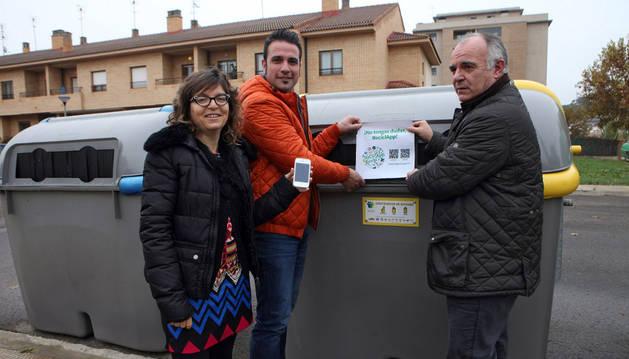 Susana Aldaz, Carlos de Miguel y Tomás Aguado con el vinilo para descargar la aplicación.