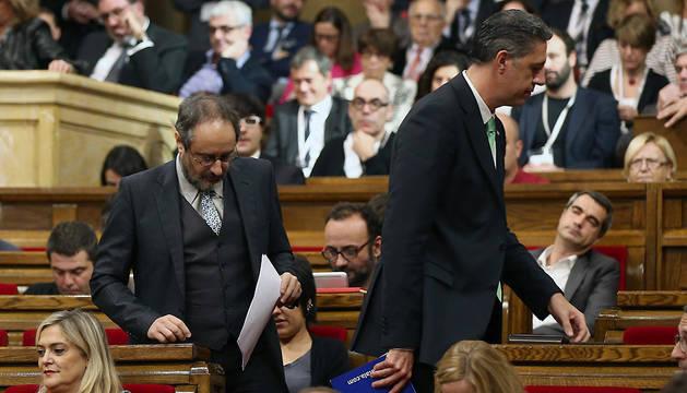 El lider parlamentario de la CUP, Antonio Baños (i), junto al lider parlamentario del PPC, Xavier García Albiol (d).