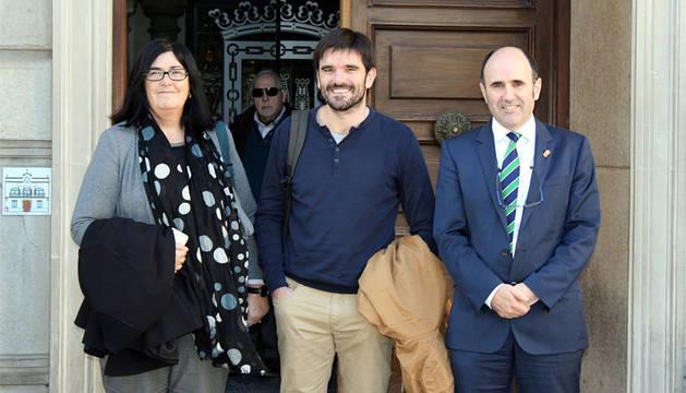 La directora general Irigoien, el alcalde Larrarte y el vicepresidente Ayerdi.