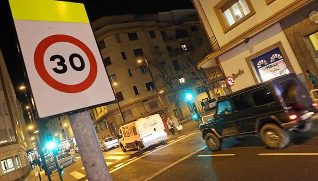 Señal de tráfico en el centro de Pamplona.