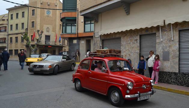 A las once de la mañana, los coches recorrieron las calles y plazas de Azagra para salir del municipio en una ruta a que les llevó a recorre varias  localidades de la Ribera Alta.