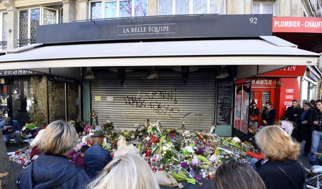 Flores y velas ante 'La Belle Equipe', uno de los locales parisinos atacados.