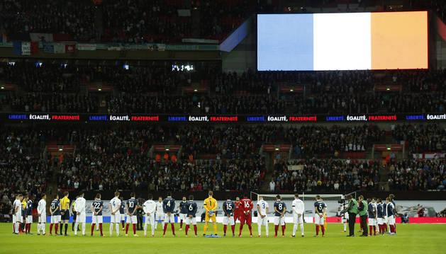 Los jugadores, durante el minuto de silencio.