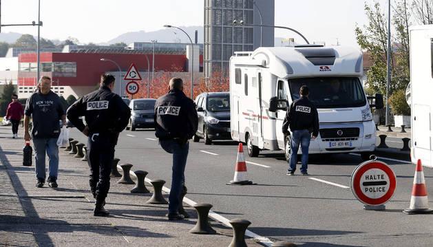 La Policía francesa realiza un control en el puente que une la localidad gipuzcoana de Irún con Hendaya.
