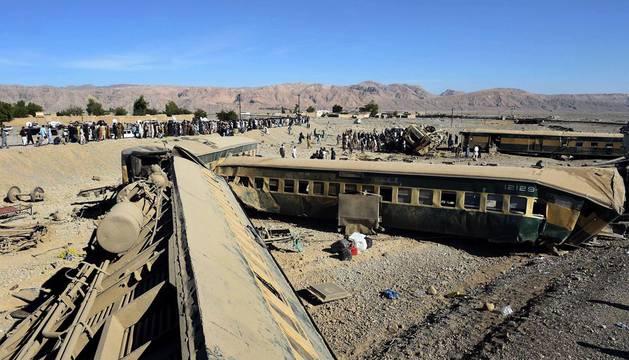 Al menos 13 muertos y 100 heridos al descarrilar un tren en Pakistán