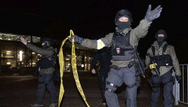 La policía alemana, en las inmediaciones del estadio de Hanover.