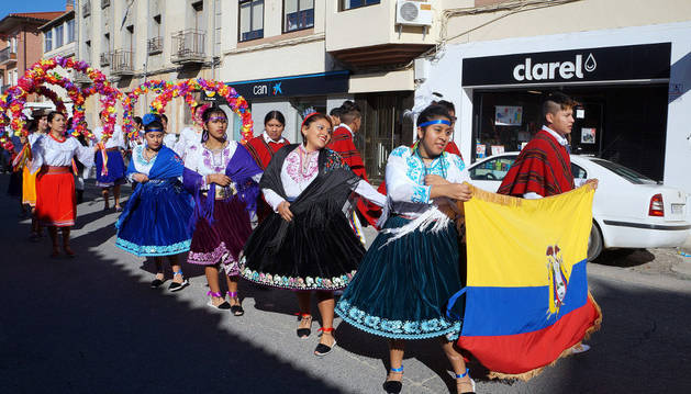 Un grupo de ecuatorianos desfila por las calles de Cadreita durante el día de la Virgen del Quinche.