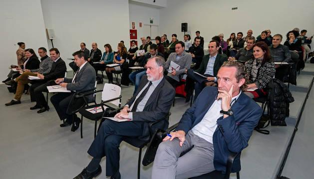 Empresarios, asociaciones, instituciones y organismos vinculados a la actividad económica en Estella acudieron al encuentro con el vicepresidente Manuel Ayerdi.